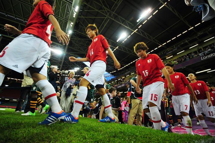 Les joueuses japonaises avant leur match contre l'Afrique du Sud, le 31 juillet. (GLYN KIRK / AFP)