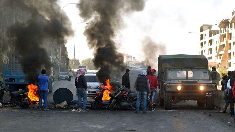 Des manifestants libanais bloquent une route dans la ville de Tripoli (Liban), dans le nord du pays, le 20 décembre 2019. (AFP)