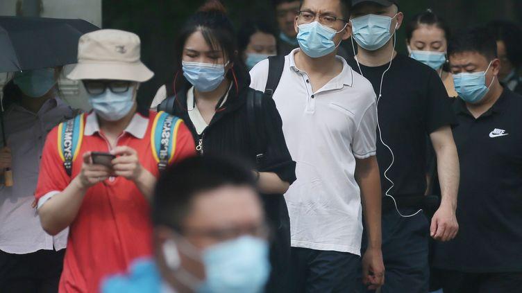 Des personnes masquées dans une rue de Pékin (Chine), jeudi 30 juillet 2020. (KOKI KATAOKA / YOMIURI / AFP)