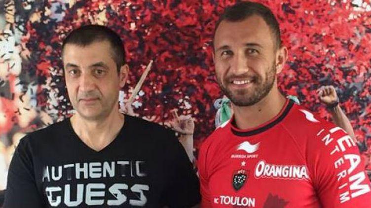 Quade Cooper avec le maillot de Toulon, ici aux côtés du président du RCT.
