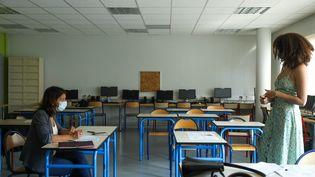 Une élève fait sa presentation devant son enseignante au lycée Victor Hugo de Poitiers lors d'une session blanche de l'épreuve du grand oral du baccalauréat, jeudi 10 juin. (MATHIEU HERDUIN / MAXPPP)