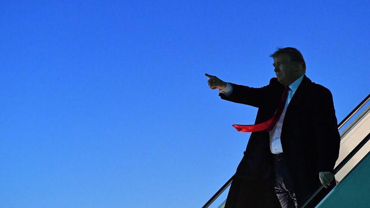 Donald Trump sortant de Air Force One, à El Paso (Texas), le 11 février 2019. (NICHOLAS KAMM / AFP)