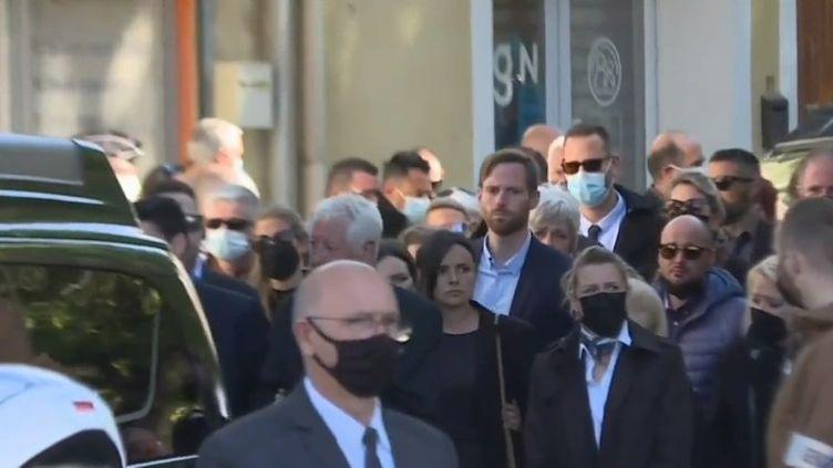 Les obsèques d'Éric Masson se sont déroulées dans la matinée du mercredi 12 mai à Bédarrides (Vaucluse), dans le village de son enfance. Le tireur présumé a été mis en examen la veille, pour homicide volontaire sur personne dépositaire de l'autorité publique, et écroué. (CAPTURE ECRAN FRANCE 3)