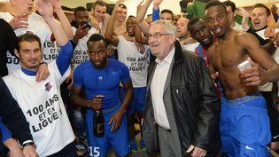 Jean François Fortin, le président du Stade Malherbe Caen,au milieu de ses joueurs, à Caen, le 13 mai 2014. (MAXPPP)