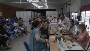 Dans certaines villes, comme à La Rochelle (Charente-Maritime), les centres de vaccination contre le Covid-19 sont saturés. (CAPTURE ECRAN FRANCE 2)