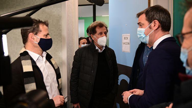 Le ministre de la Santé, Olivier Véran (à droite), le 4 janvier 2021devant l'Hôtel-Dieu, à Paris. (MARTIN BUREAU / AFP)