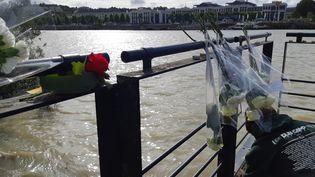 Des roses déposées là où le corps de Steve Maia Caniço a été retrouvé dans la Loire à Nantes. (SARAH TUCHSCHERER / FRANCE-INFO)