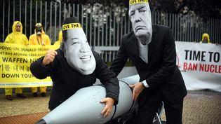 Des militants anti-armes nucléaires portant des masques du président américain Donald Trump et du leader nord-coréen Kim Jong-un, devant l'ambassade des Etats-Unis, à Berlin, en octobre 2017. (BRITTA PEDERSEN / DPA)
