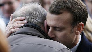 Le président de la République, Emmanuel Macron, réconforte les familles des victimes lors de la cérémonie d'hommage aux victimes des attentats du 13 novembre 2015, le 13 novembre 2017 à Paris. (ETIENNE LAURENT / AFP)
