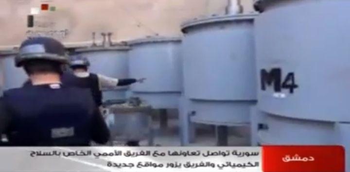 Cettecapture d'écran de la télévision syrienne, en octobre 2013, montre des enquêteurs de l'OIAC au travail sur un site inconnu. (SYRIAN TELEVISION)