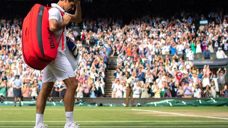 Roger Federer quitte le court de Wimbledon après son quart de finale perdu le 7 juillet 2021. (AELTC/EDWARD WHITAKER / POOL / AFP)