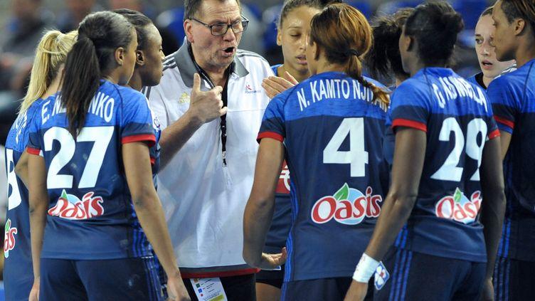 Olivier Krumbohlz et les filles de l'équipe de France (JEAN-CHRISTOPHE VERHAEGEN / AFP)