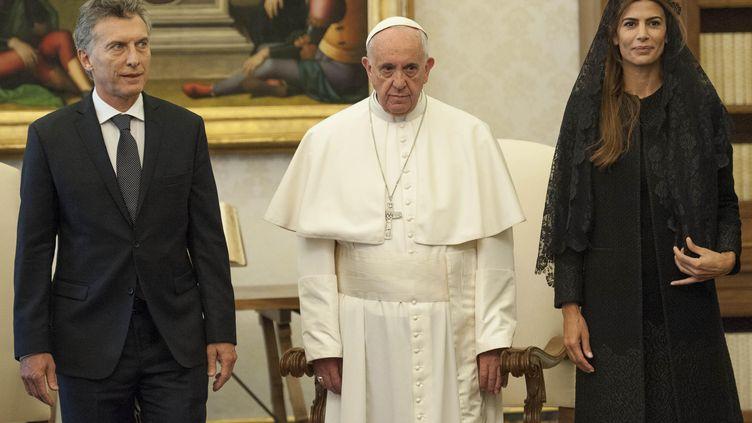 Le pape, peu souriant, avait reçu le président argentin et son épouse, à Rome, le 27 février 2016, maisil n'est jamais revenu sur sa terre natale. (GIORGIO ONORATI / POOL / AFP)