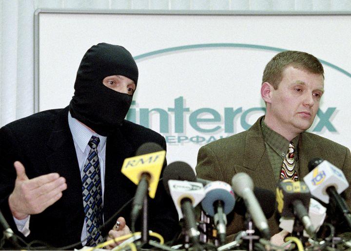 Alexandre Litvinenko (à droite) lors d'une conférence de presse où plusieurs agents du FSB ont dénoncé la corruption au sommet de l'Etat russe, le 17 novembre 1998 à Moscou. (REUTERS)