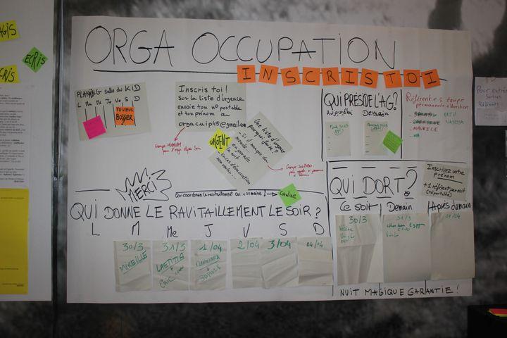 Un tableau organisant l'occupation du théâtre d'Orléans (Loiret), occupé par un collectif de citoyens dont des intermittents du spectacle, le 30 mars 2021. (GUILLEMETTE JEANNOT / FRANCEINFO)