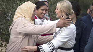 Ivanka Trump (à droite), fille et conseillère du président américain Donald Trump, est accueillie par les agricultrices de Sidi Kacem, au Maroc, le 7 novembre 2019. (FADEL SENNA / AFP)