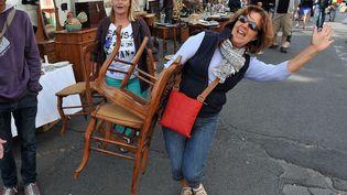 Une femme heureuse de ses achats à la Braderie de Lille(Nord) en septembre 2013 (MAXPPP)