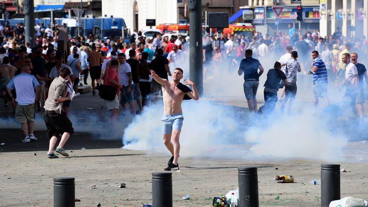 Un supporter anglais au milieu du gaz lacrymogène, samedi 11 juin 2016 à Marseille (Bouches-du-Rhône). (LEON NEAL / AFP)