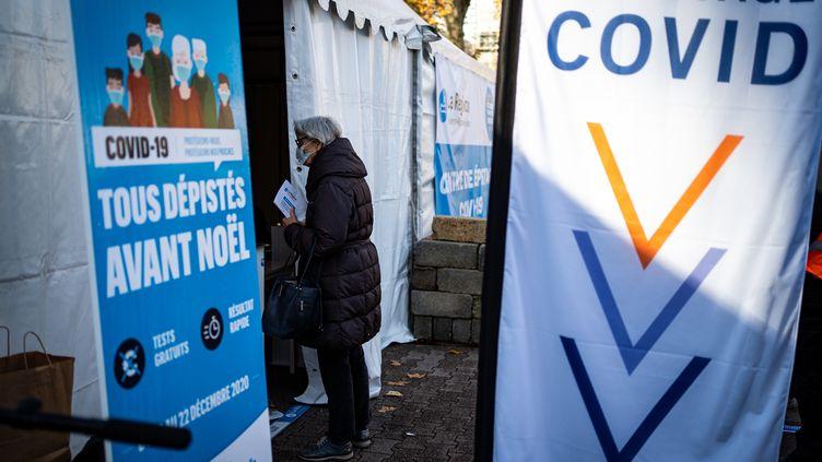 Une femme se présente dans une tente installée à Lyon dans le cadre d'une campagne de dépistage du Covid-19 lancée par la région Auvergne-Rhône-Alpes, le 16 décembre 2020. (NICOLAS LIPONNE / HANS LUCAS / AFP)