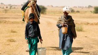 Dans le désert indien du Thar, l'eau vaut plus que l'or. Il pleut une fois chaque année. Alors les habitants ont appris à vivre sans l'or bleu, mais les réservent s'amenuisent. (France 2)