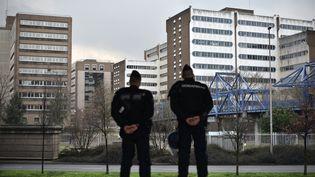 Des gendarmes à Bobigny (Seine-Saint-Denis), le 16 février 2017, cinq jours après que 2 000 personnes ont manifesté dans la ville pour demander justice pour Théo. (PHILIPPE LOPEZ / AFP)