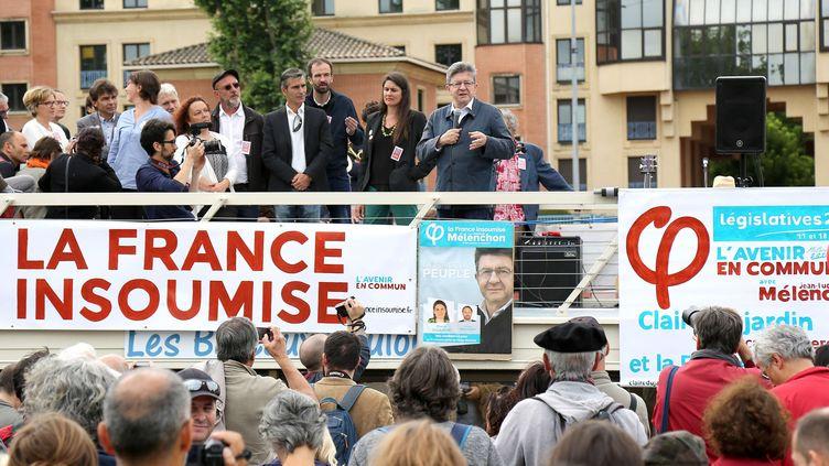 Le leader de La France insoumise, Jean-Luc Mélenchon, et ses soutiens, le 5 juin 2017 à Toulouse (Haute-Garonne). (JEAN-MARC HAEDRICH / SIPA)