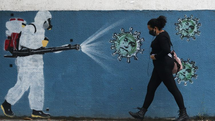Une œuvre de street-art montrant une personne désinfectant un lieu pour lutter contre la propagation du coronavirus, le 15 juin 2020 à Rio de Janeiro (Brésil). (DIKRAN JUNIOR / AGIF)