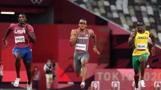 Le Canadien Andre de Grasse, au centre, lors des demi-finale du 100 mètres hommes des Jeux olympiques de Tokyo, le 1er août 2021. (JEWEL SAMAD / AFP)