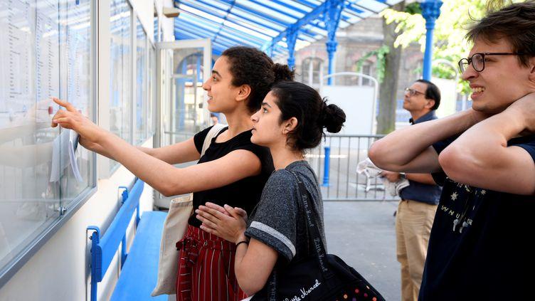 Des lycéens découvrent les résultats du baccalauréat à Paris, le 6 juillet 2018. (ERIC FEFERBERG / AFP)