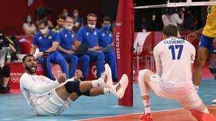 La France d'Earvin Ngapeth et Trévor Clévenot lors de la rencontre Brésil-France, dimanche 1er août 2021. (CROSNIER JULIEN / KMSP / AFP)
