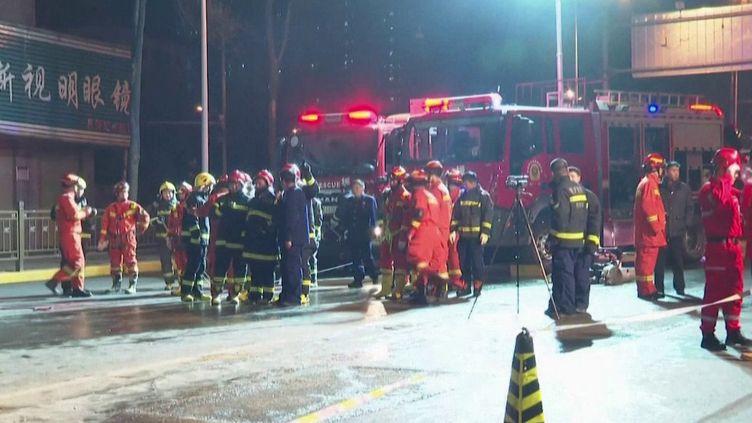 En Chine, en pleine ville, un gigantesque trou s'est formé sur une route. Un bus a été englouti. Bilan : six morts et des disparus. (FRANCE 2)