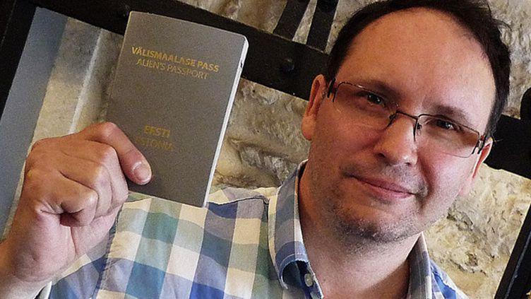 """Andreï Ivanov, écrivain apatride, auteur de """"Le voyage de Hanumân"""" (Le Tripode), montre son passeport d'""""Alien""""  (Laurence Houot / Culturebox)"""