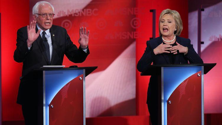 Les candidats à l'investiture démocrate Bernie Snaders et Hillary Clinton, le 4 février 2016 à Durham, dans le New Hampshire (Etats-Unis), lors d'un débat télévisé animé. (JUSTIN SULLIVAN / GETTY IMAGES NORTH AMERICA / AFP)