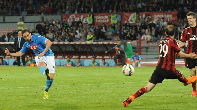 Gonzalo Higuain (Naples) marque contre le Milan AC (FRANCO ROMANO / NURPHOTO)