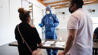 Des personnes se présentent pour un test de dépistage du Covid-19, dans un gymnase, à Chateaurenard (Bouches-du-Rhône), le 10 juin 2020. (CLEMENT MAHOUDEAU / AFP)