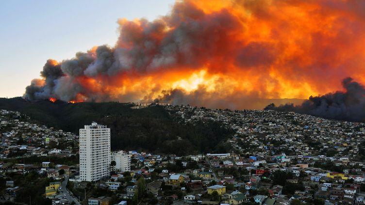 Des maisons en flammes à Valparaiso (Chili), après qu'un gigantesque incendie s'est déclaré le 12 avril 2014. (ALBERTO MIRANDA / AFP)