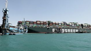 """Le porte-conteneurs """"Ever Given"""", le 28 mars 2021, sur le canal de Suez (Egypte). (SUEZ CANAL PRESS SERVICE / AFP)"""