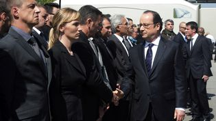 Un homme refuse de serrer la main à François Hollande lors d'une cérémonie d'hommage aux policiers tués à Magnanville, le 17 juin 2016 à Versailles. (DOMINIQUE FAGET / AFP)