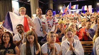 Les supporters français réunis dans la salle de presse, lors de la finale de l'Eurovision, à Tel-Aviv (Israël), le 18 mai 2019. (MAXPPP)