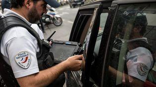 Des policiers procèdent à un contrôle à Lyon, le 20 juin 2019. (NICOLAS LIPONNE / NURPHOTO / AFP)