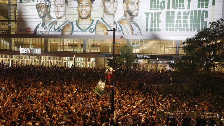 Dans les rues de Milwaukee, le nouveau sacre des Bucks a emporté la foule, le mardi 20 juillet 2021. (Jeffrey Phelps / AP Photo)