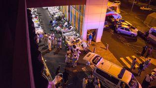 Les patients et les employés du CHU de Pointe-à-Pitre (Guadeloupe), évacués après un incendie, le 28 novembre 2017. (HELENE VALENZUELA / AFP)
