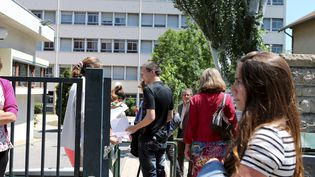 Des élèves de terminale S repassent l'épreuve de philosophie du bac, le 26 juin 2013, à Gap (Hautes-Alpes). (MAXPPP)