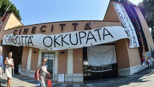 """""""Cinecitta Occupée"""" annonce une banderole à l'entrée de la """"cité du cinéma"""" italienne  (A.SOLARO/AFP)"""