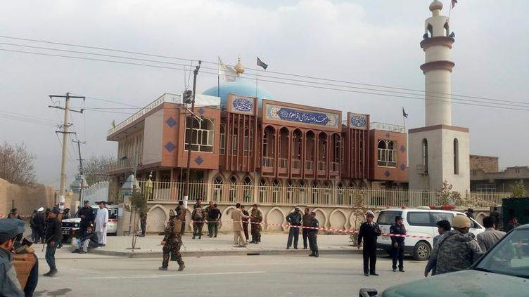 Les forces de sécurité afghanes sécurisent la mosquée chiite de Kaboul, où une explosion a eu lieu, lundi 21 novembre 2016. (OMAR SOBHANI / REUTERS)