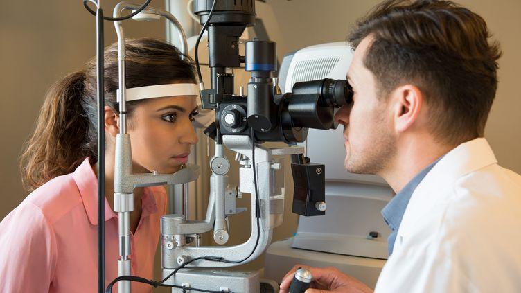 Un examen chez un ophtalmologiste, le 5 septembre 2014. (ERIC AUDRAS / ONOKY /AFP)