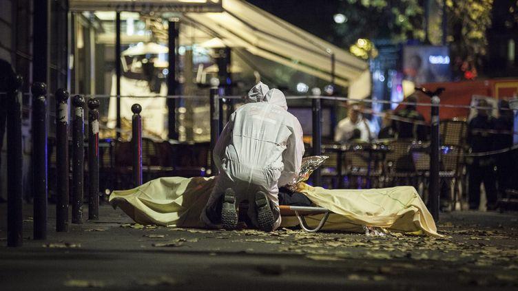 Des policiers français interviennent auprès d'une victime de la série d'attentats perpétrés à Paris, le 13 novembre 2015. (MAXPPP)