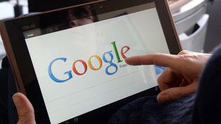 Une femme sur le moteur de recherche Google à Rennes (Ille-et-Vilaine), le 13 mai 2013. (DAMIEN MEYER / AFP)
