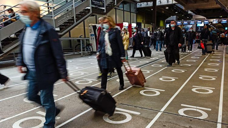 Des voyageurs masqués en gare de Montparnasse à Paris, le 10 octobre 2020. (LILIAN CAZABET / HANS LUCAS / AFP)