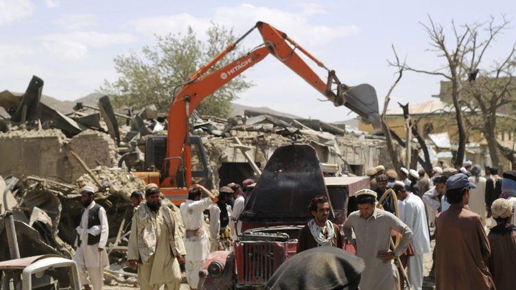 Des villageois autour du site de l'explosion d'une voiture piégée, à Paktika, en Afghanistan, mardi 15 juillet 2014. (REUTERS)